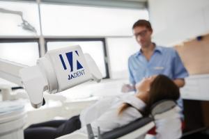 Beratungsgespräch Zahnarzt mit Operationsmikroskop