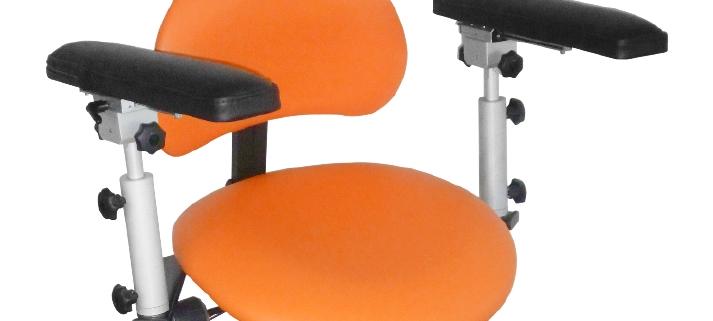 Der Praxisstuhl ERGOsit Advance sorgt für Komfort und schont den Rücken